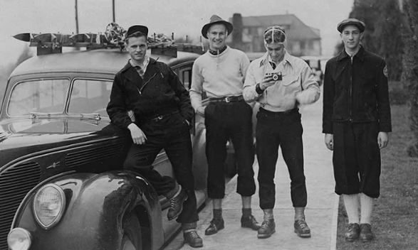 A picture of Ellis Bischoff and members of the Reed Ski Team in 1940